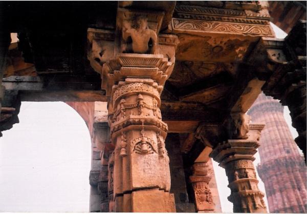 Qutb Minar pillars.jpg
